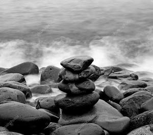 Кучу круглые гладкие камни на берегу моря