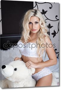Портрет девушки блондинки в нижнем белье