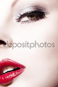 Лицо девушки с красными губами крупным планом