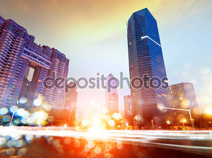 Полоски света на фоне зданий