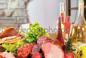 копченая колбаса и вино