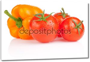 Влажные помидоры и желтый перец с каплями, изолированные на белом