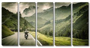 мотоциклист на горном шоссе