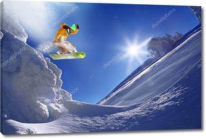 Сноубордист на фоне голубого неба