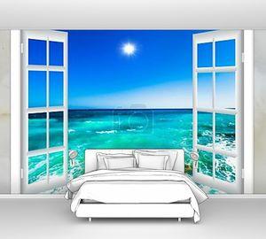 Вид на  лазурный океан из окна