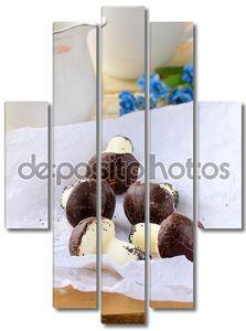 Красивые сладкие грибы на столе