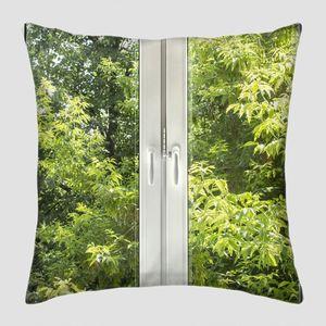 Закрытые белые окна с видом на зеленый сад