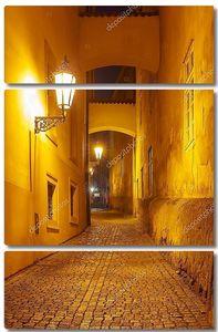 Мощеная улица старого города ночью