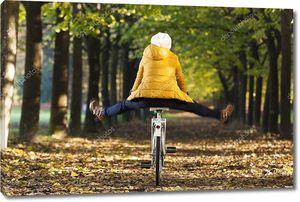Счастливая девушка, езда на велосипеде в парке