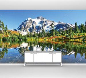 Прекрасный вид на гору и ее отражение в воде