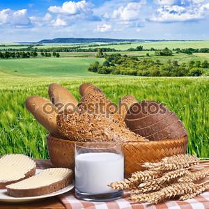 Натюрморт с булочки хлеба и стакан молока