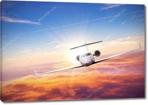 Частный самолет, летящий над облаками