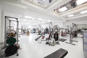 тренажерный зал со специальным оборудованием, пустой
