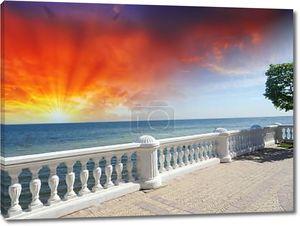 Прекрасный каменный балкон с видом на большой океан