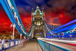 Буря над Тауэрский мост ночью - Лондон