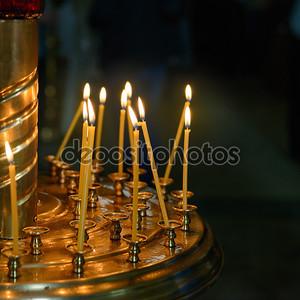 горящий воск свечи в христианской церкви