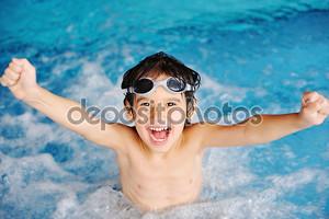супер счастливым мальчиком внутри плавательный бассейн