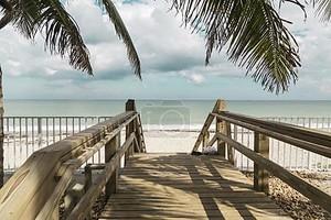 Зеленые стулья и синий летний пляж дом