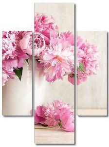 Розовые пионы в ведре