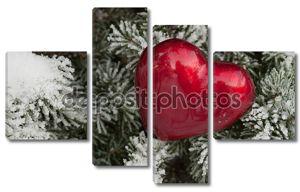 Красное сердце на снегу