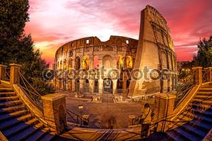 Колизей в течение вечернего времени в Риме, Италии