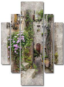 Узкая улица с кирпичными домами