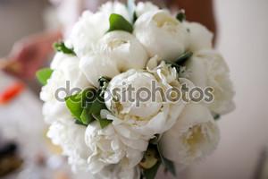Красивый букет весенних цветов - пионы