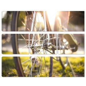 Крупным планом ciclyst ноги на велосипеде