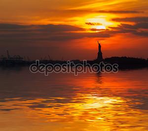 Статуя свободы и заходящее солнце.