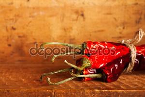 Горячие красные перец куча бумаги внутри деревянный случай