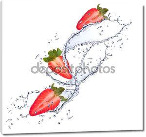 свежие ягоды в плеск воды