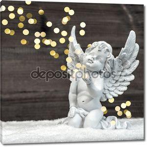 маленький ангел-хранитель с солнечными огнями. рождественское украшение