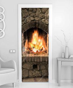 Каменный камин с огнем