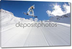 Летающий с горы сноубордист