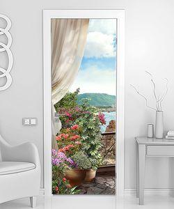 Балкон с занавесками и цветочным горшком