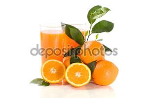 Апельсиновый сок на белом фоне