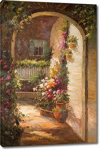 Вход через арку в цветочный двор