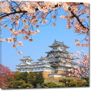 Японский замок в цветах сакуры