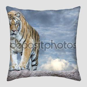 сибирский тигр, готовый напасть на рассмотрение Вас