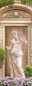 Греческая статуя в нише с цветами