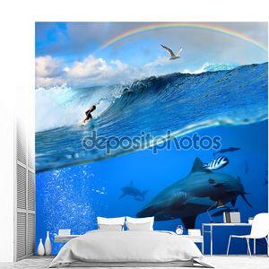 Серфер и диких акула под водой с радуги в небе