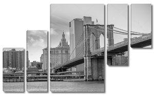небоскребы Манхэттена с драматическим небо на фоне