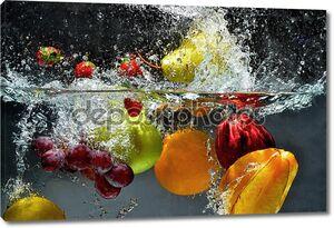 Свежие фрукты, плещущаяся в воду