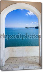 Арка с видом на море