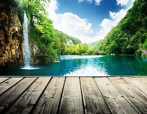 Водопад в глубокий лес Хорватии и деревянный пирс