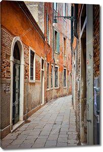 Узкая улочка в Венеции
