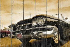 Классические автомобили на фоне пасмурного небя