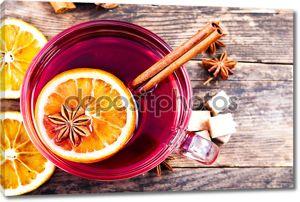 вкусный чашку чая на деревенском деревянном столе.