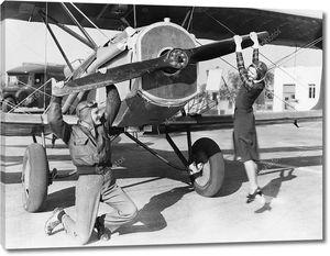 Пара, играющая с пропеллером самолета