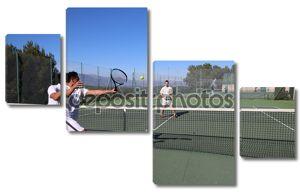 Двое мужчин, играть в теннис в лето
